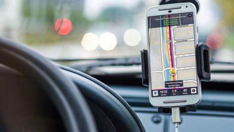 Sondaj: 60% dintre şoferi vorbesc la telefon fără handsfree