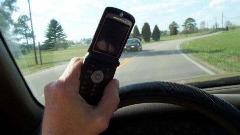 """Cât te """"costă"""" utilizarea telefonului sau altor gadgeturi în timpul condusului?"""